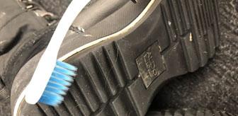 Enlever la boue coincée sous les semelles des chaussures